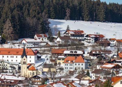 Blick auf das Dorf und das Haus am Kapellenberg.