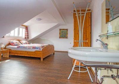 Schlafzimmer 1 mit Waschbecken
